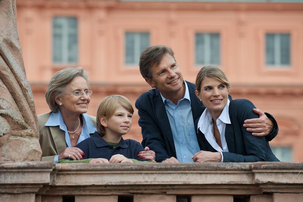 Familie bei Schlossbesichtigung