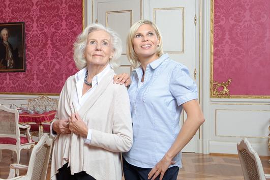 Zwei Damen bei Schlossbesichtigung; Foto: Staatliche Schlösser und Gärten Baden-Württemberg, Niels Schubert