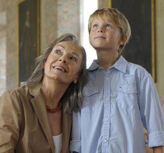 Großmutter und Enkel bei Schlossbesichtigung