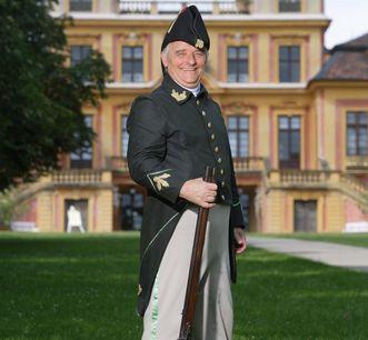 """Der """"königliche Leibbüchsenspanner"""" alias Claus Bittner vor Schloss Favorite Ludwigsburg"""